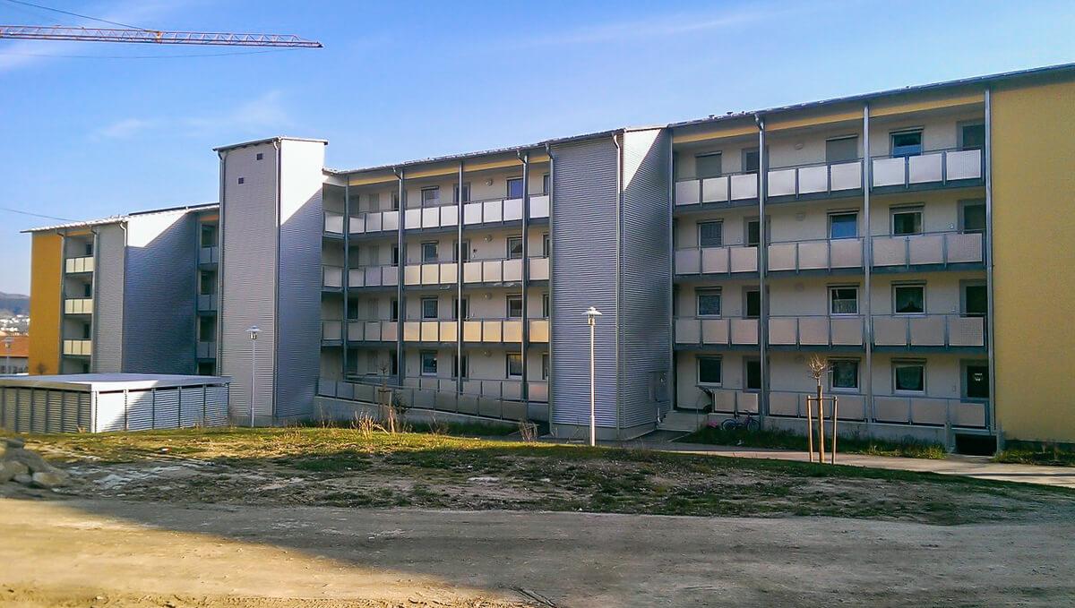 Außenansicht eines Gebäudes mit zwei Aufzügen