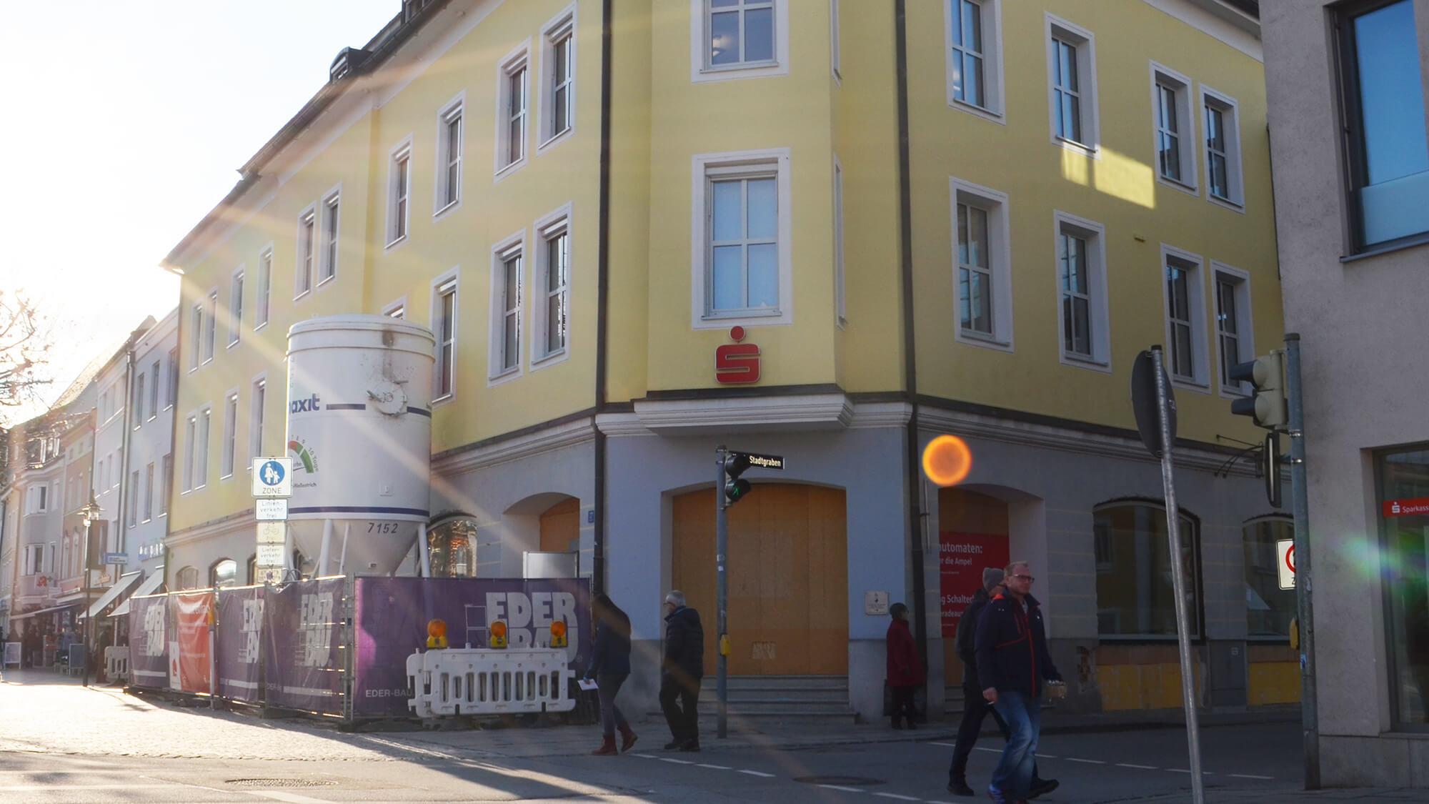 Außenansicht eines Sparkassen-Gebäudes in Deggendorf