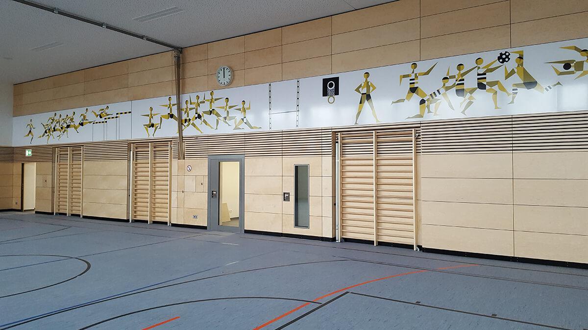 Ansicht einer Innenwand mit sportlicher Gestaltung in einer Turnhalle