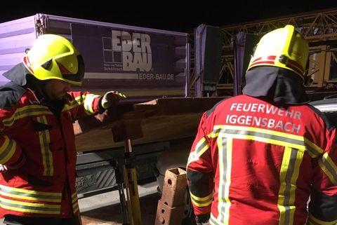 Zwei Feuerwehrmänner auf dem Eder-Bau Gelände