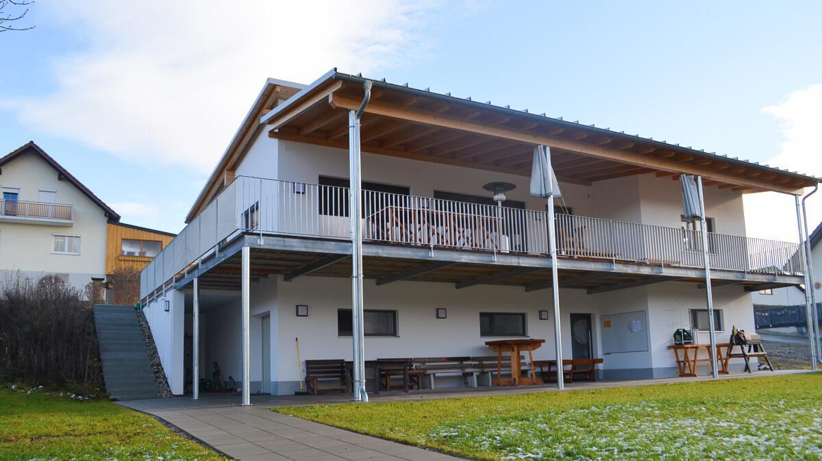 Frontansicht eines Vereinsheims mit überdachten Balkon