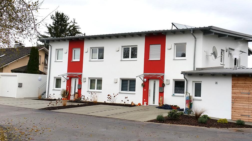 Außenansicht eines 4-Familienhauses mit Garage und kleinem Nebengebäude