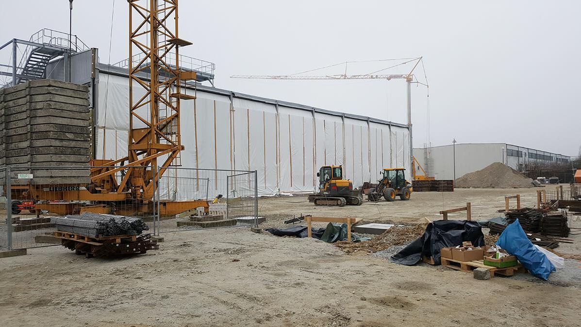 Ansicht der Baustelle mit Krank und Baugeräten von Eder Bau