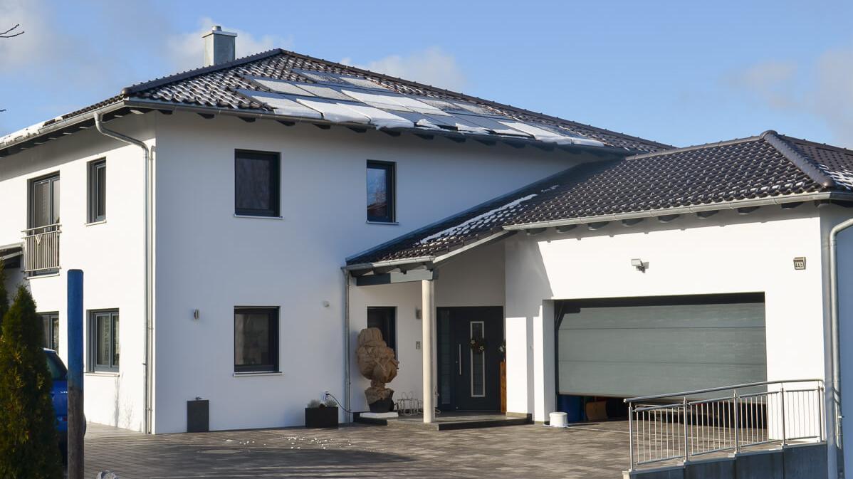 Frontansicht eines Einfamilien-Wohnhauses mit Garage in Schöllnach