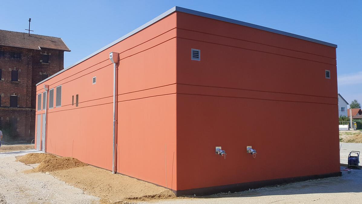 Außenansicht eines orangen Gebäudes, das zur Verwaltung der Energie genutzt wird
