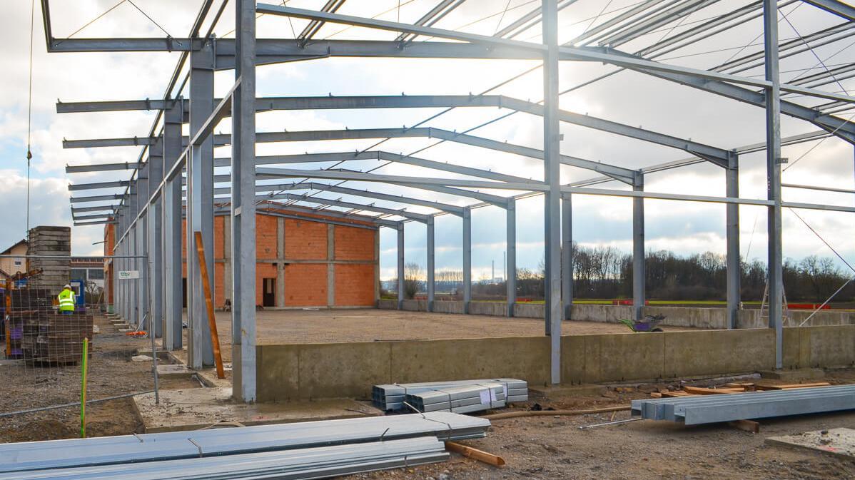 Ansicht der Lagerhalle mit dem Grundgerüst außen in der Bauphase