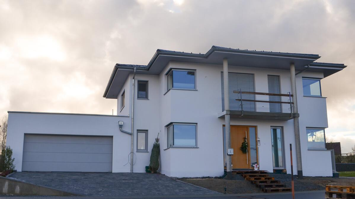 Neues Einfamiien-Wohnhaus mit Doppelgarage und Eckfenstern, die ums Eck