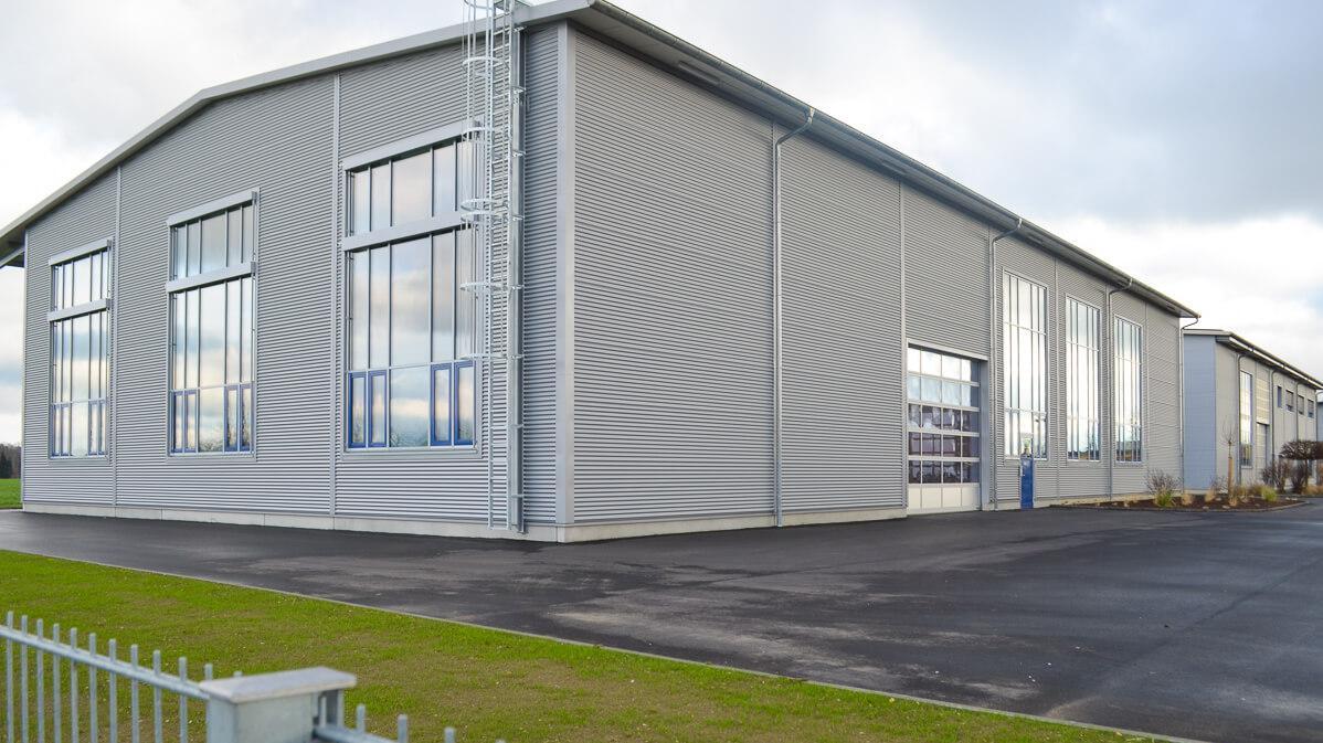 Außenansicht einer neuen Halle in industrieller Optik