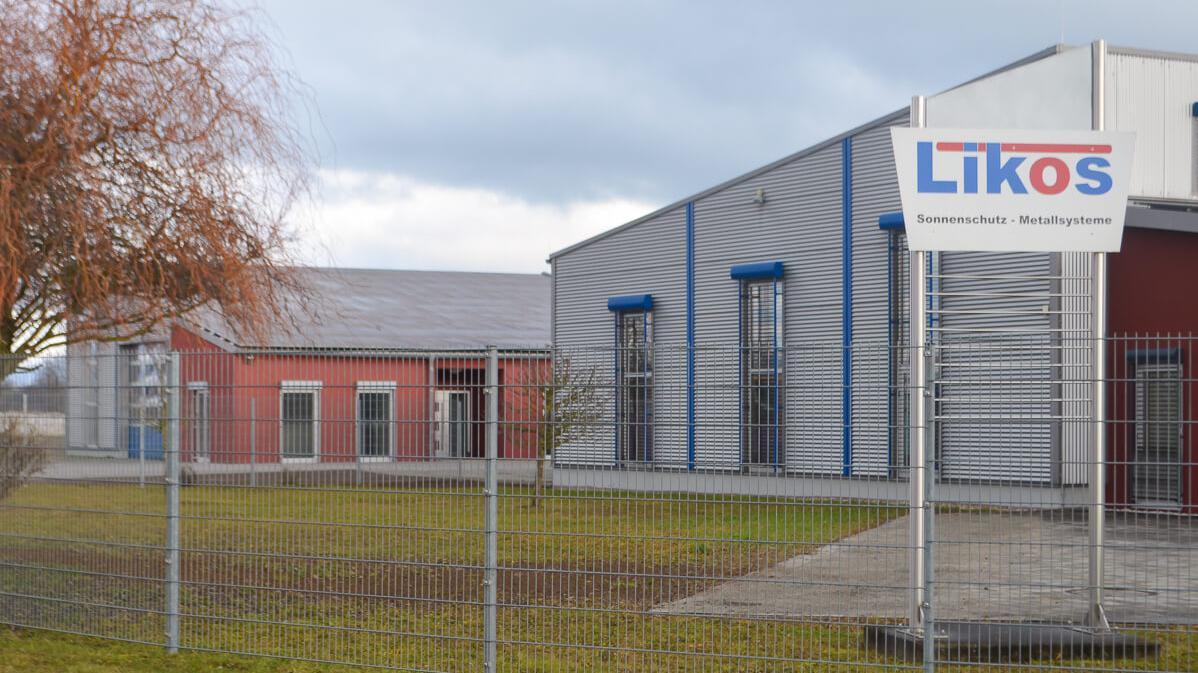 Außenansicht des Firmengeländes mit Produktionshalle und neuer Lagerhalle